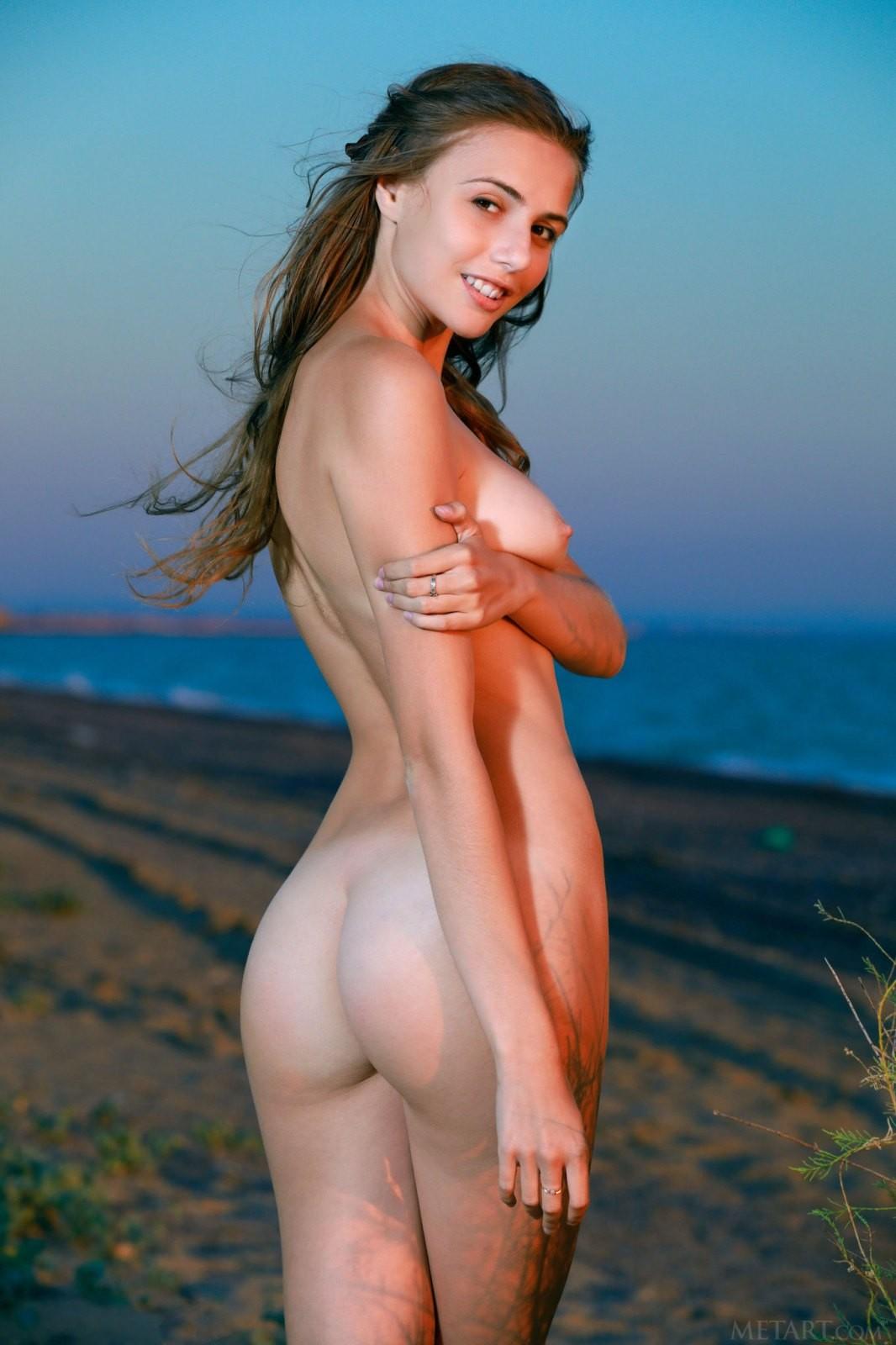 Худышка показала голую писю на пляже - фото