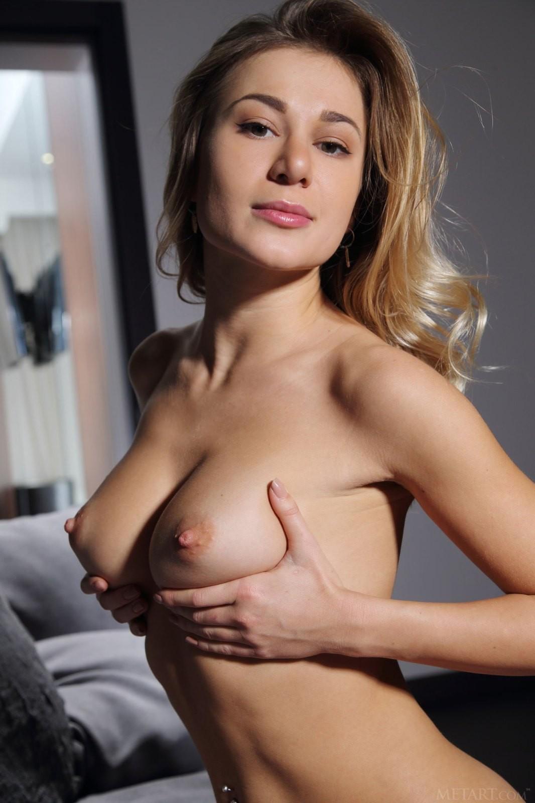Сексуальная соска с пухлой киской - фото