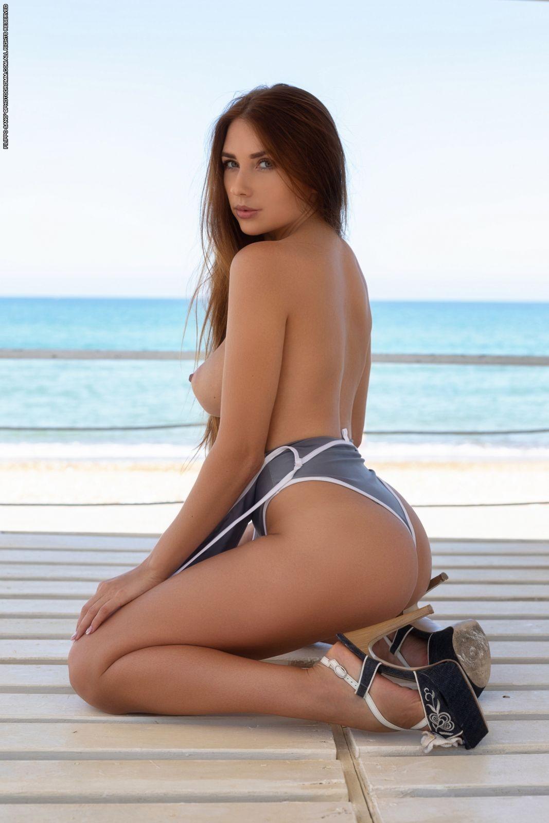 Красавица сняла купальник на побережье - фото