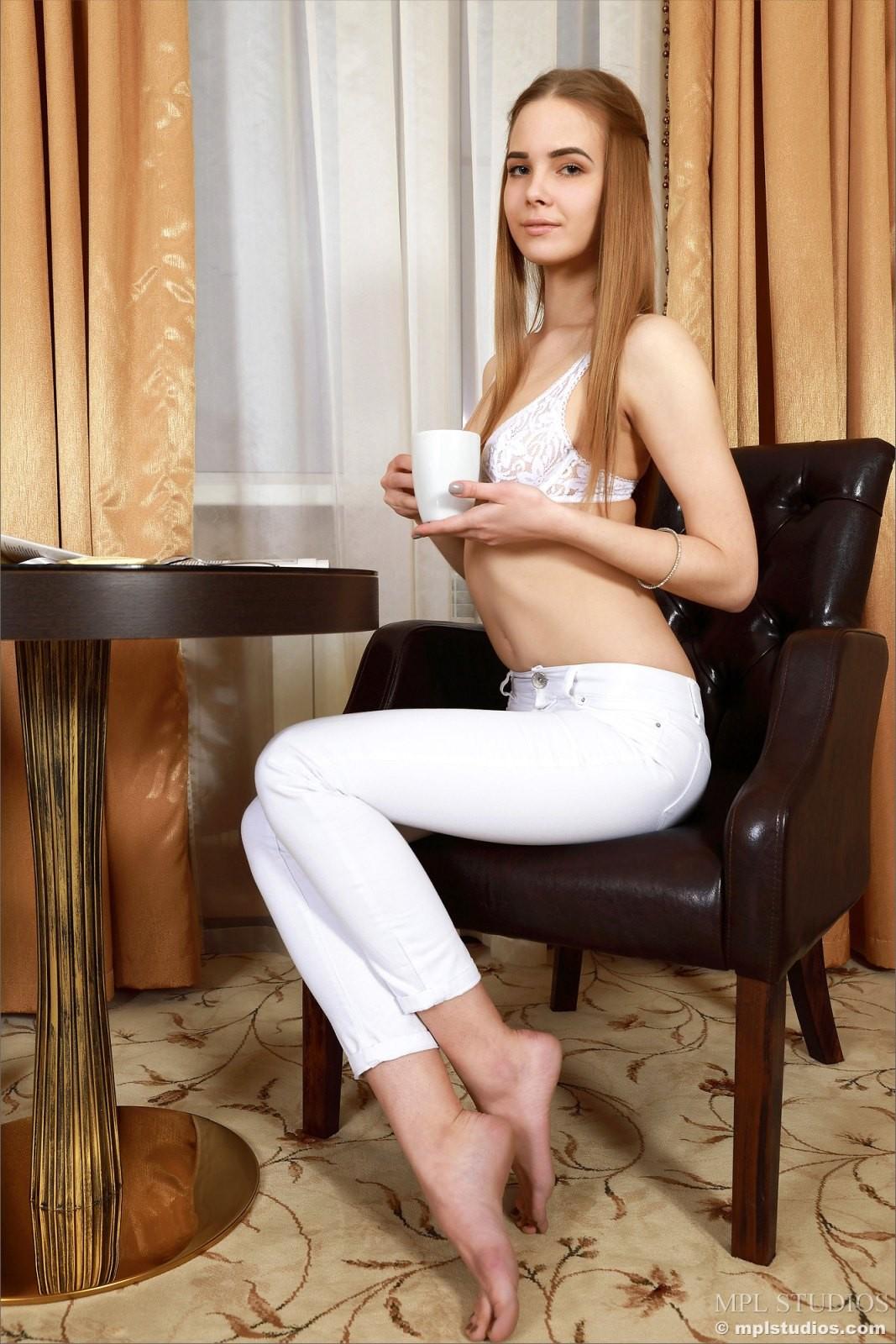 Студентка в белых трусиках - фото