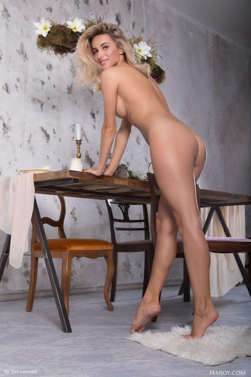 Девушка с треугольником волос на киске - фото