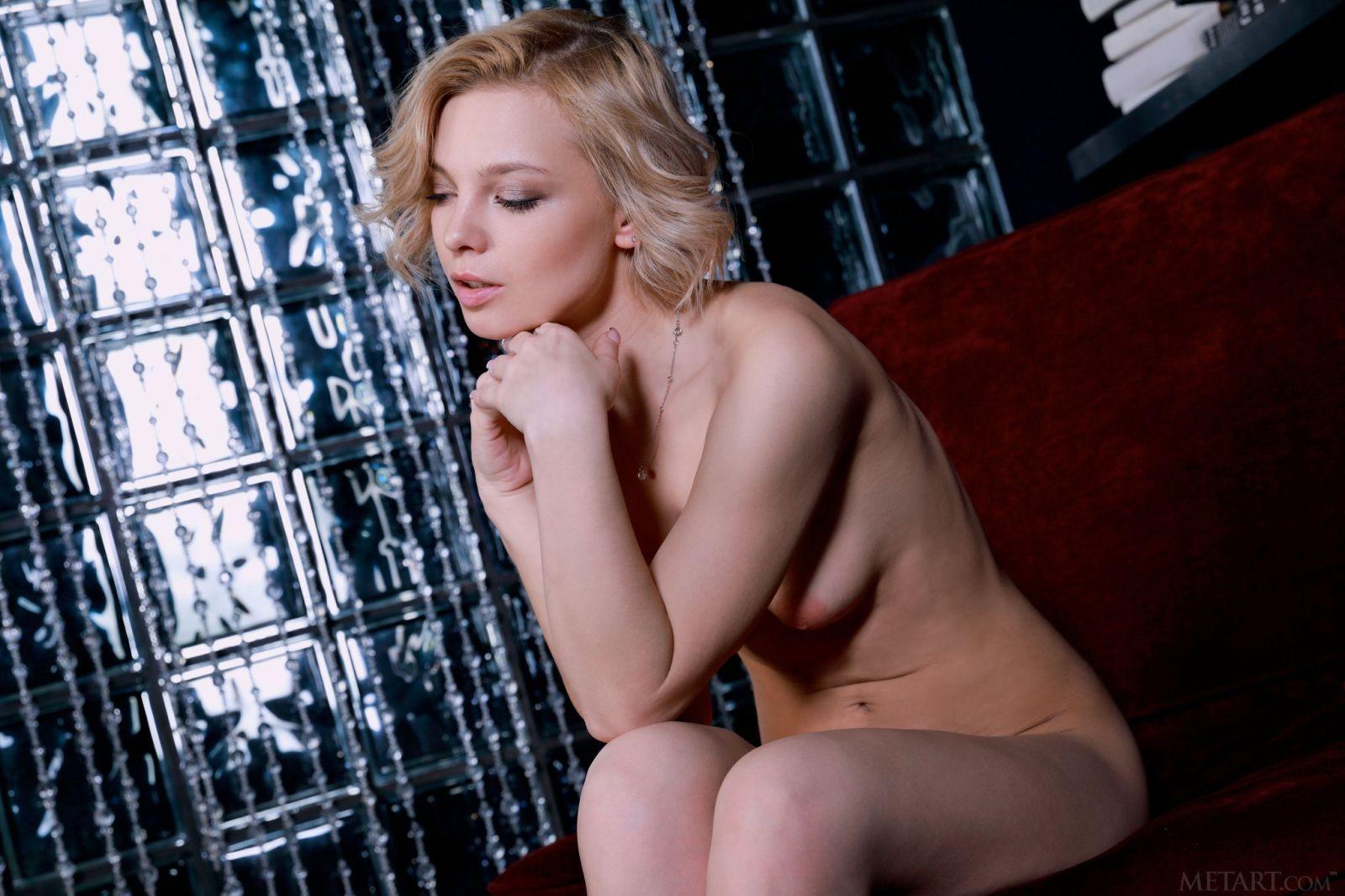 Красивая блондинка стоит раком - фото