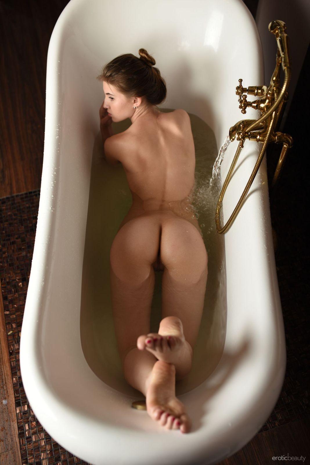 Девушка с упругой попкой в ванне - фото