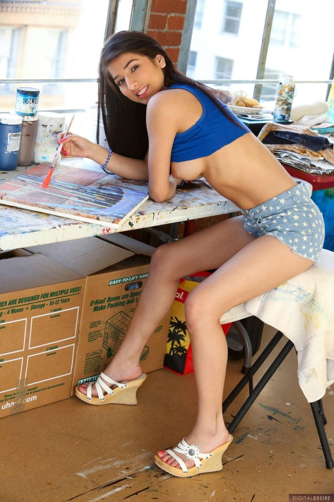 Голая художница в своей студии - фото