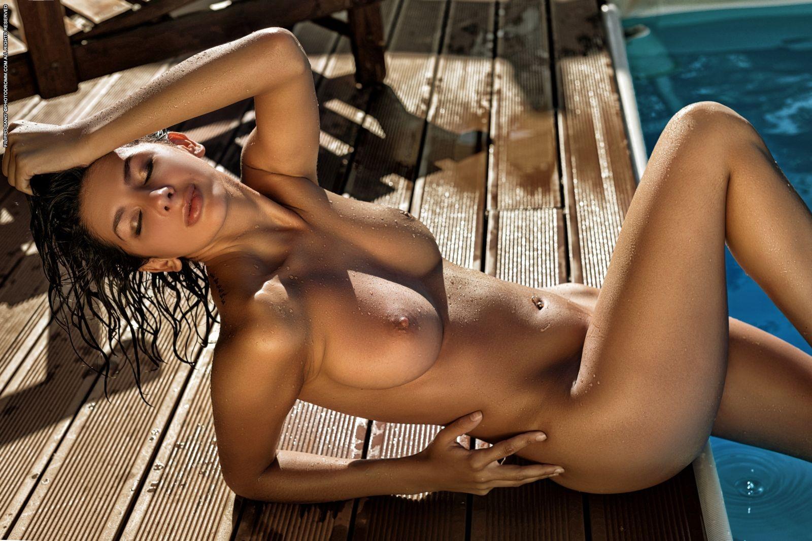 Грудастая брюнетка в бассейне - фото