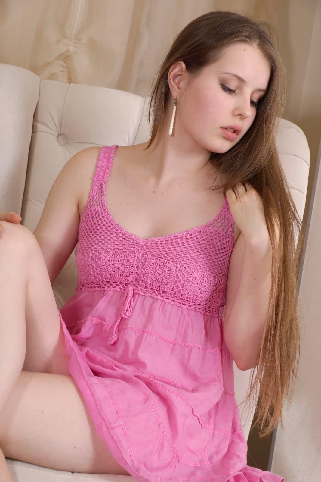 Молодая девица с заросшей писькой - фото