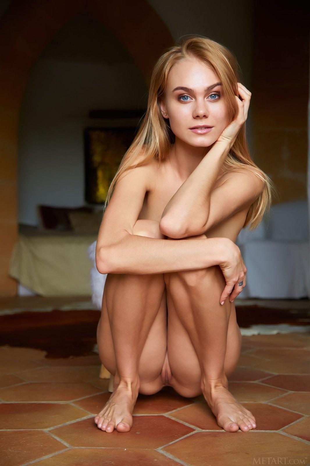 Худышка без нижнего белья раком на полу - фото