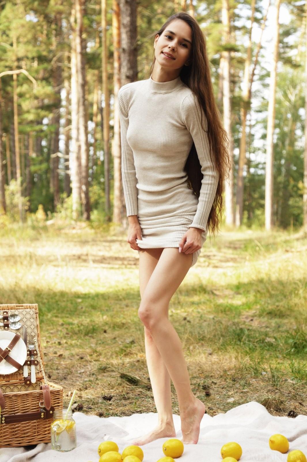 Худышка задрала платье и спустила трусы - фото
