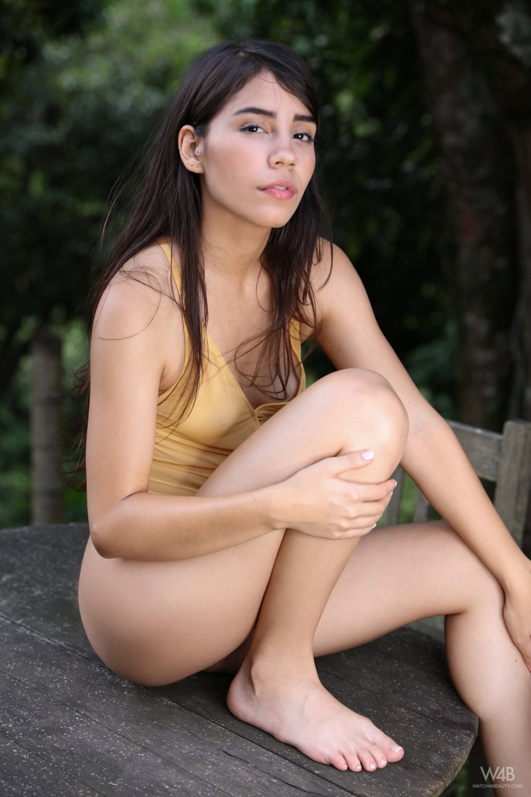 Девушка с красивой пухлой жопой - фото