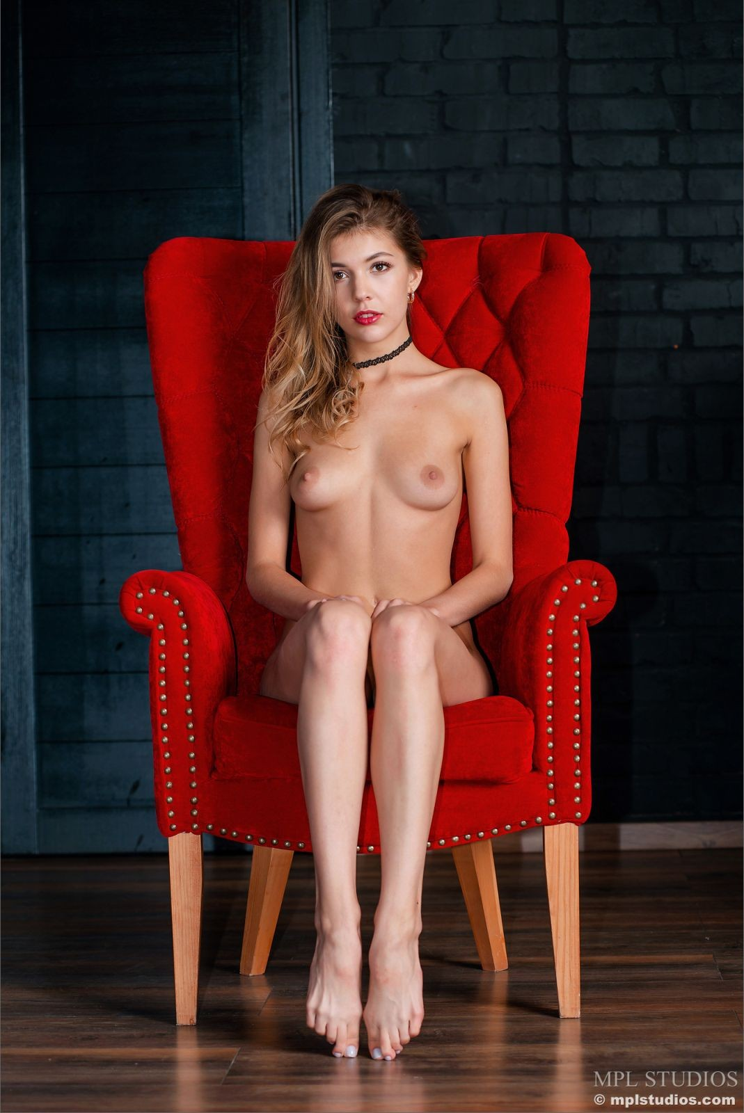 Сидя в кресле раздвинула ножки - фото