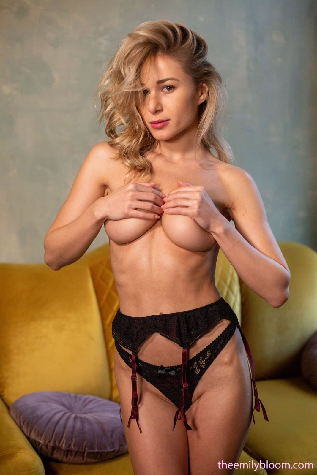 Стройная девушка с сексуальным красивым телом - фото