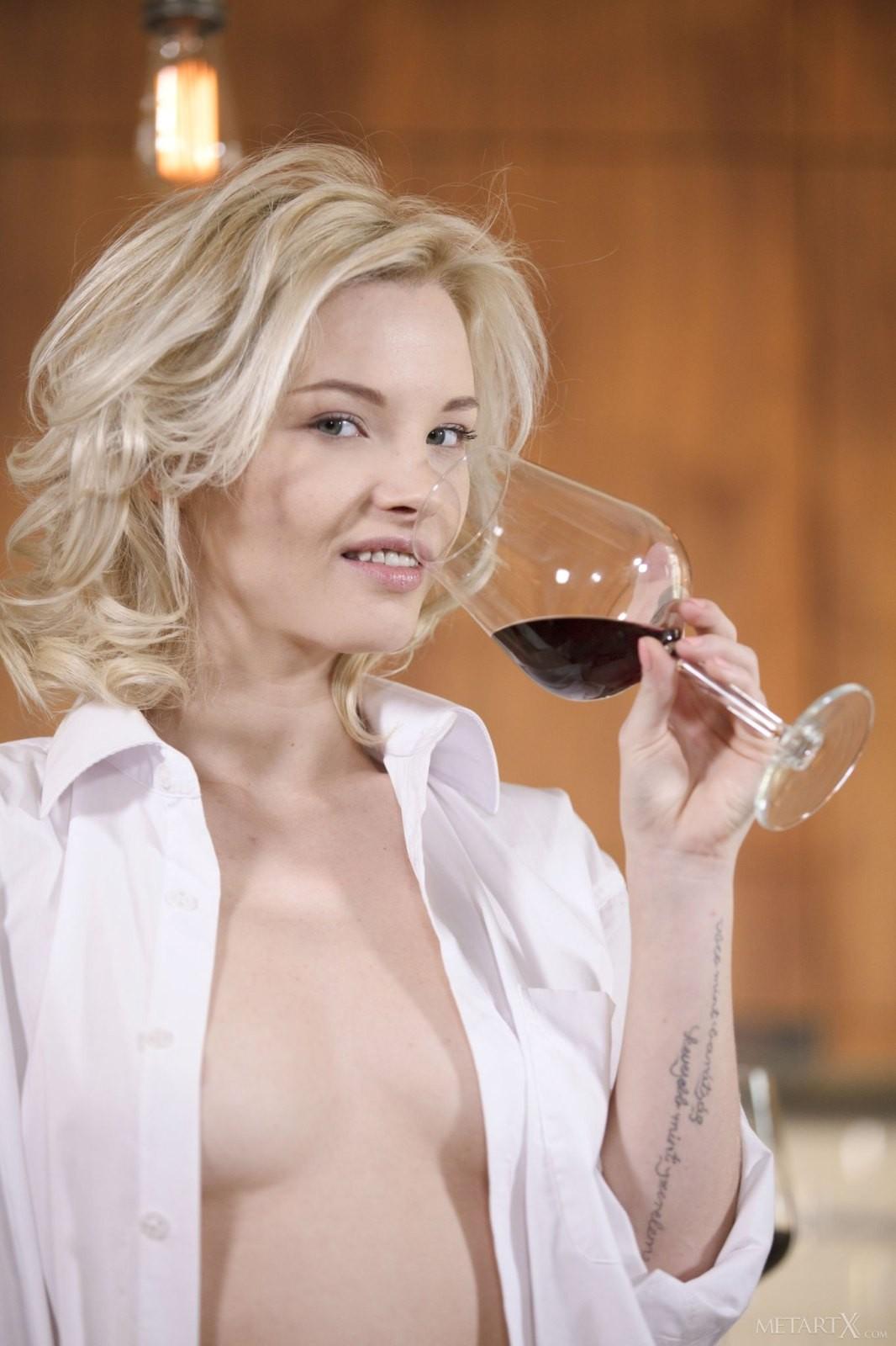 Пьяная блондинка мастурбирует на диване - фото