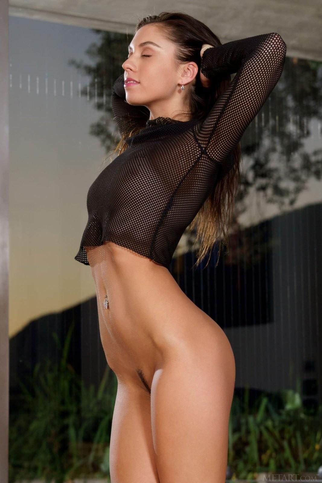 Роковая красотка с сексуальной фигурой - фото