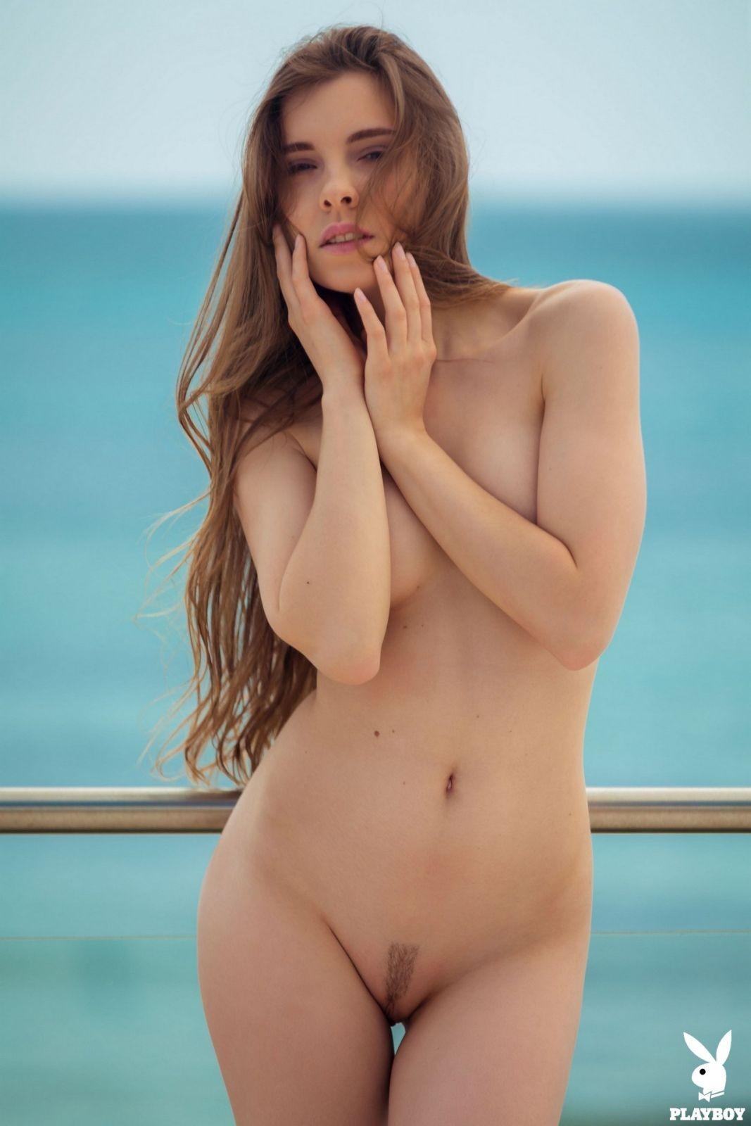 Сногсшибательная девушка с красивым телом - фото