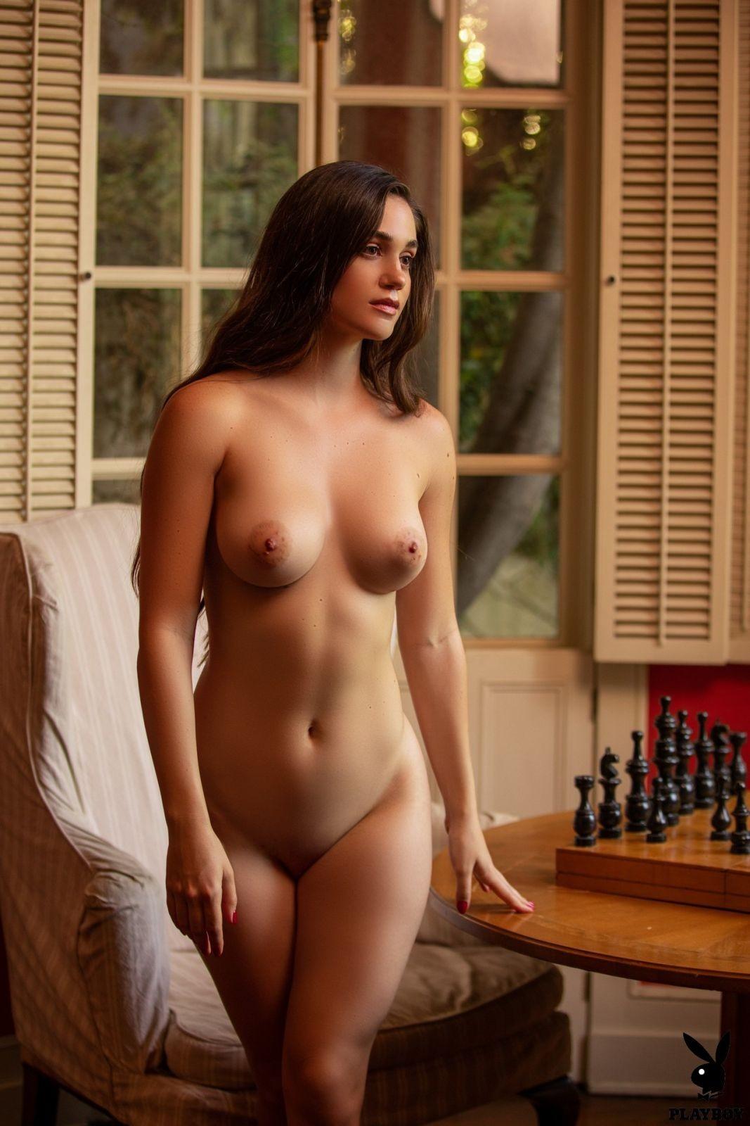 Обнажённая модель с большими бедрами - фото