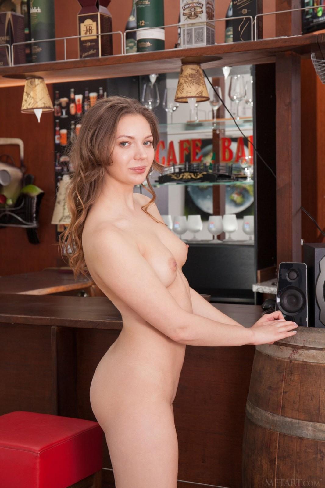 Голая потаскушка в частном баре - фото