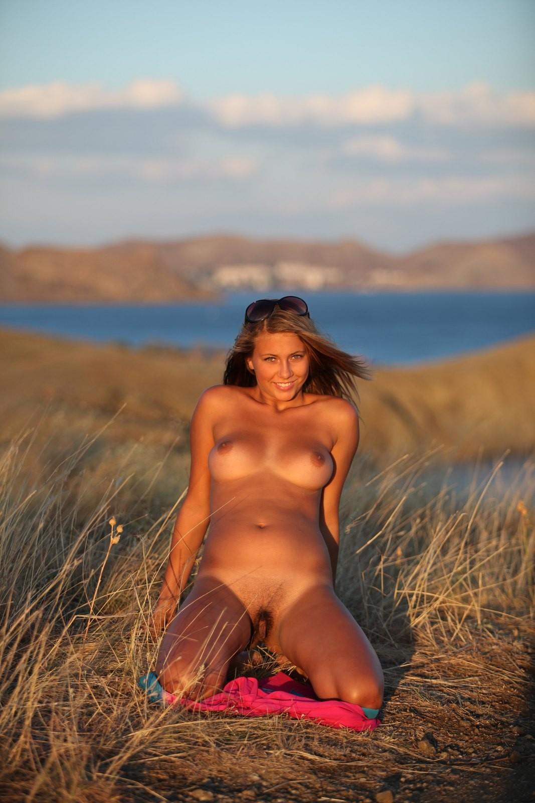 Красотка с красивой грудью на природе - фото
