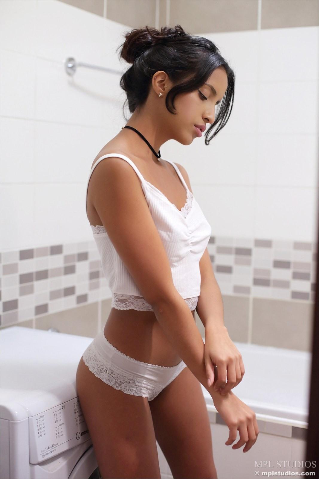 Сексуальная латинка показала себя голой в ванной - фото