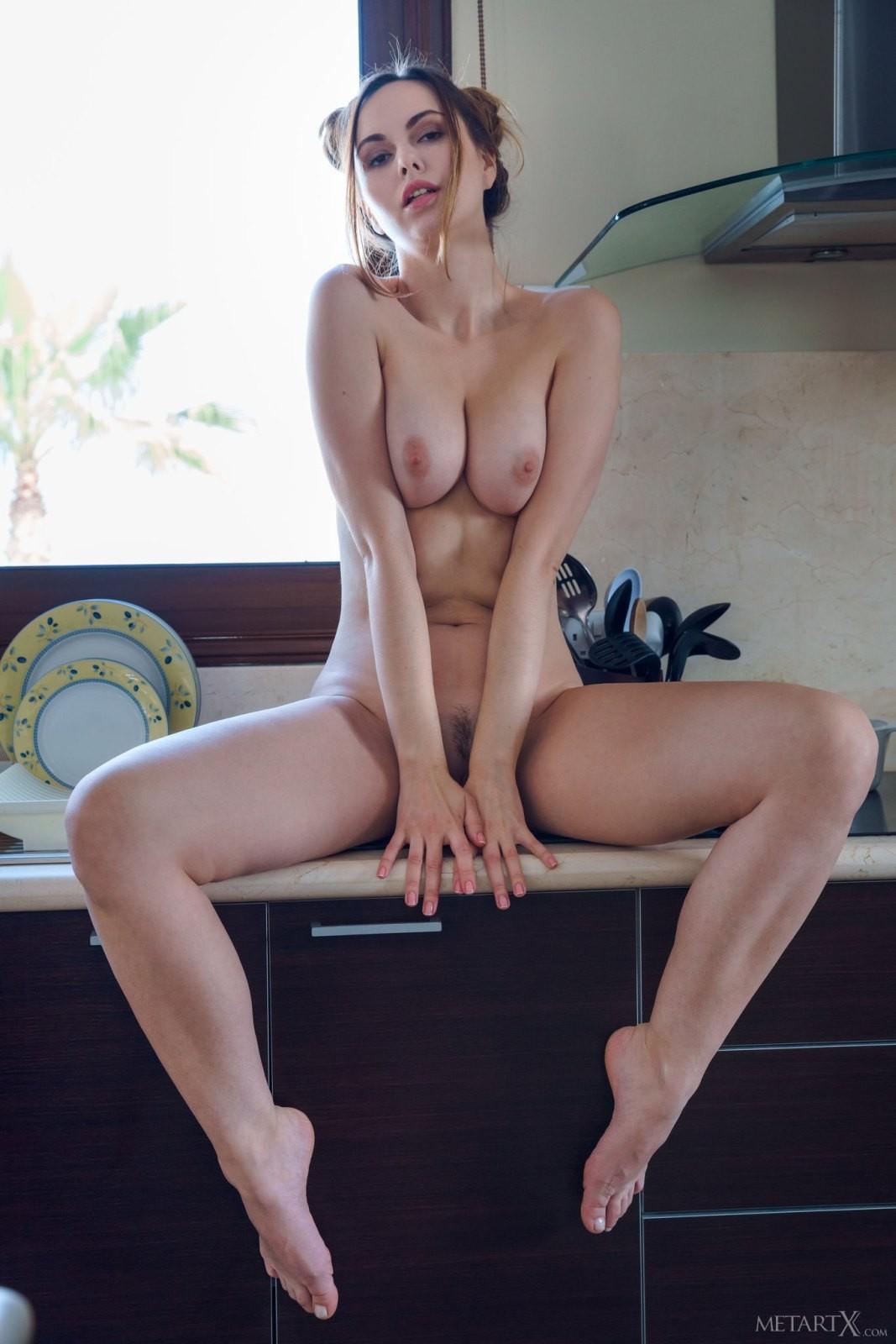 Игривая девица в юбке и трусиках на кухне - фото