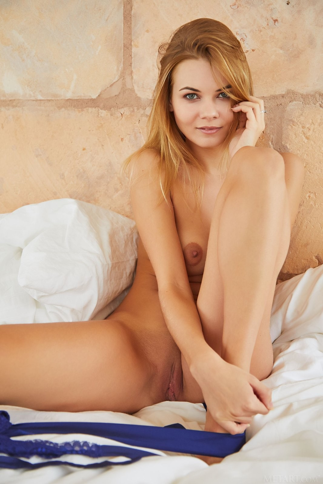 Красотка снимает боди на кровати - фото