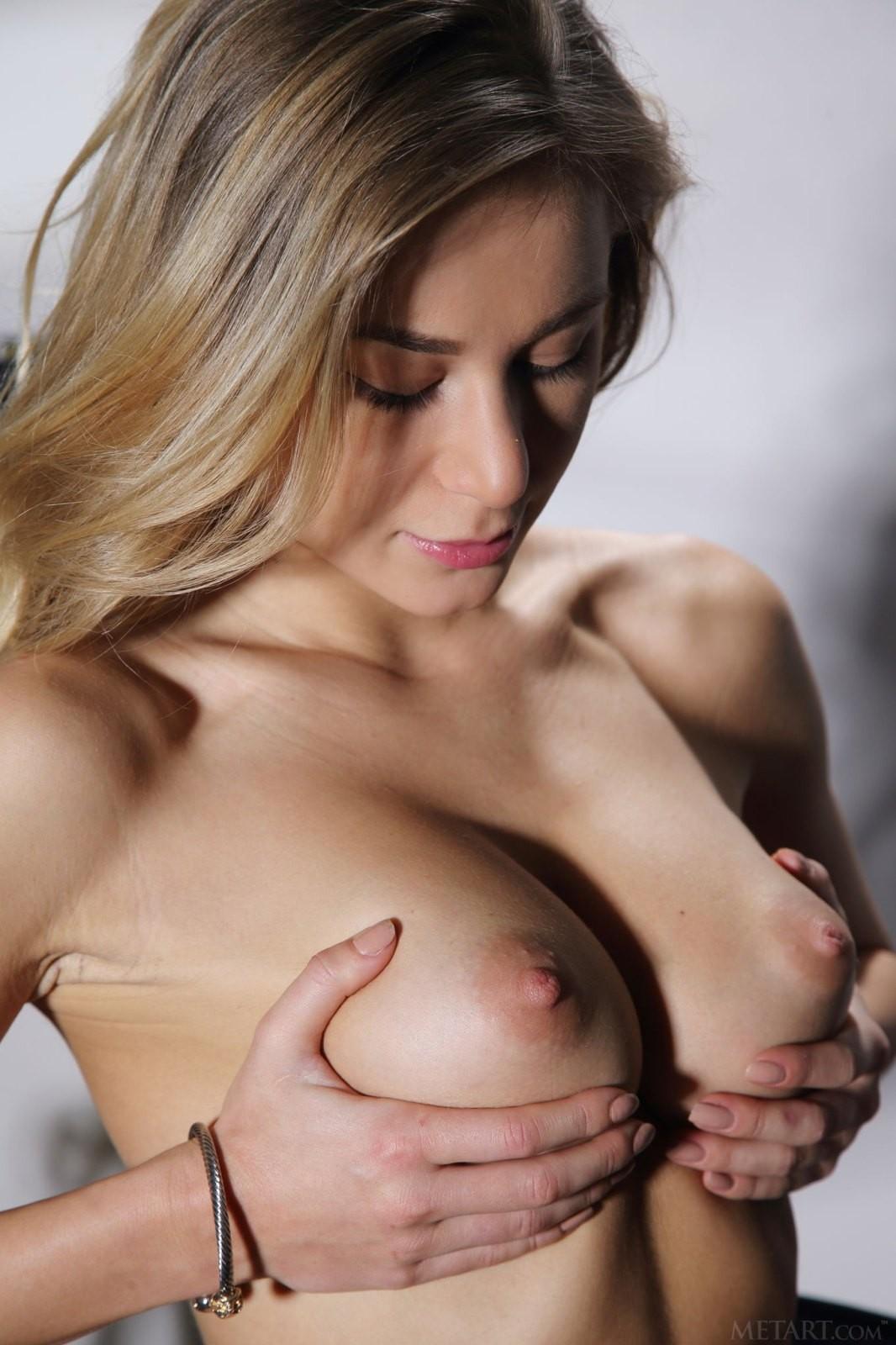 Блондинка с красивыми сиськами - фото