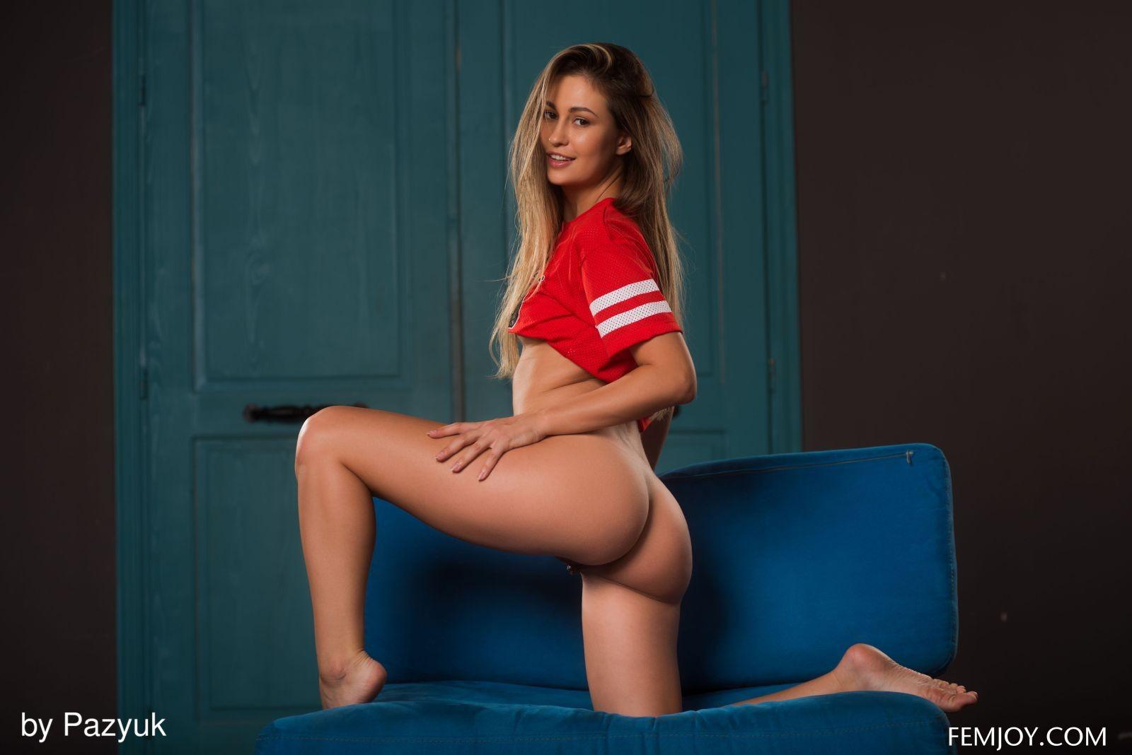 Молодая девушка с красивой задницей - фото