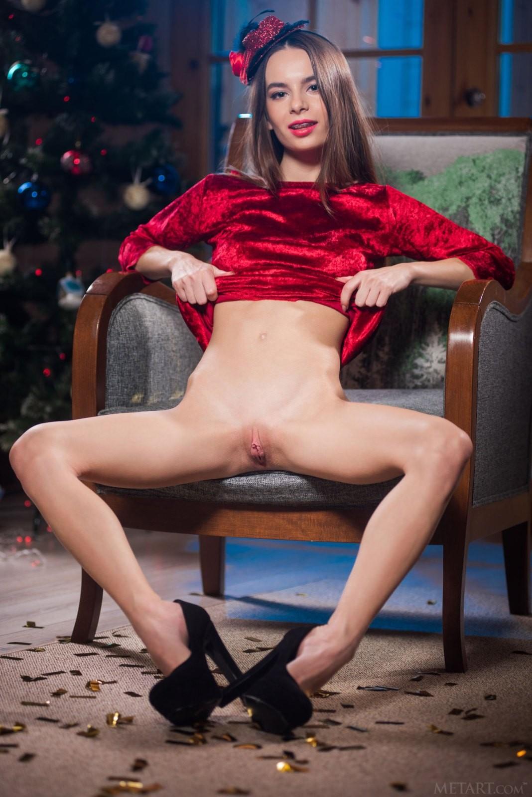 Новогодняя сказка с обнажённой феей - фото