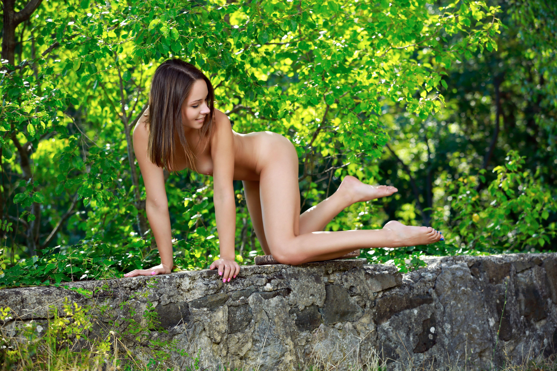 Худенькая девка с красивой попой на природе - фото