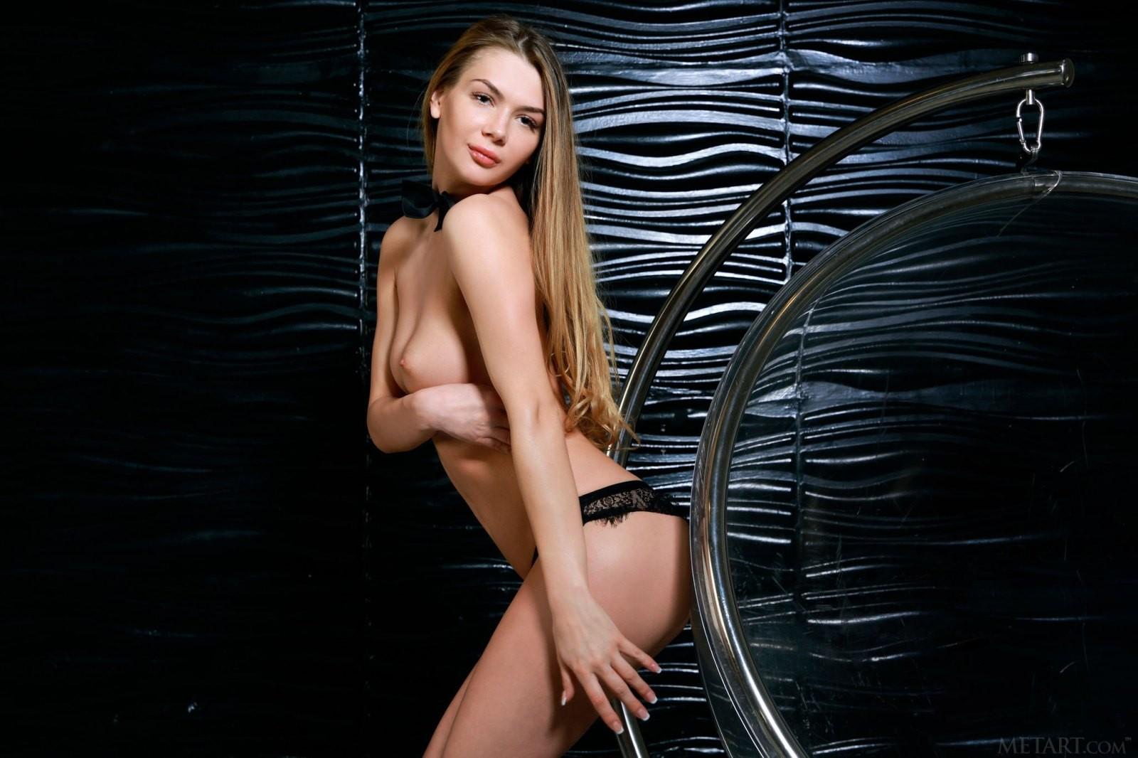 Красивая модель в чёрных трусиках - фото