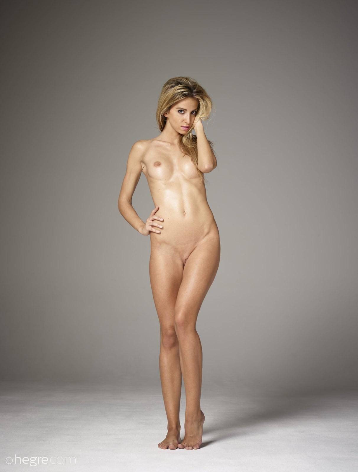 Костлявая женщина без одежды - фото