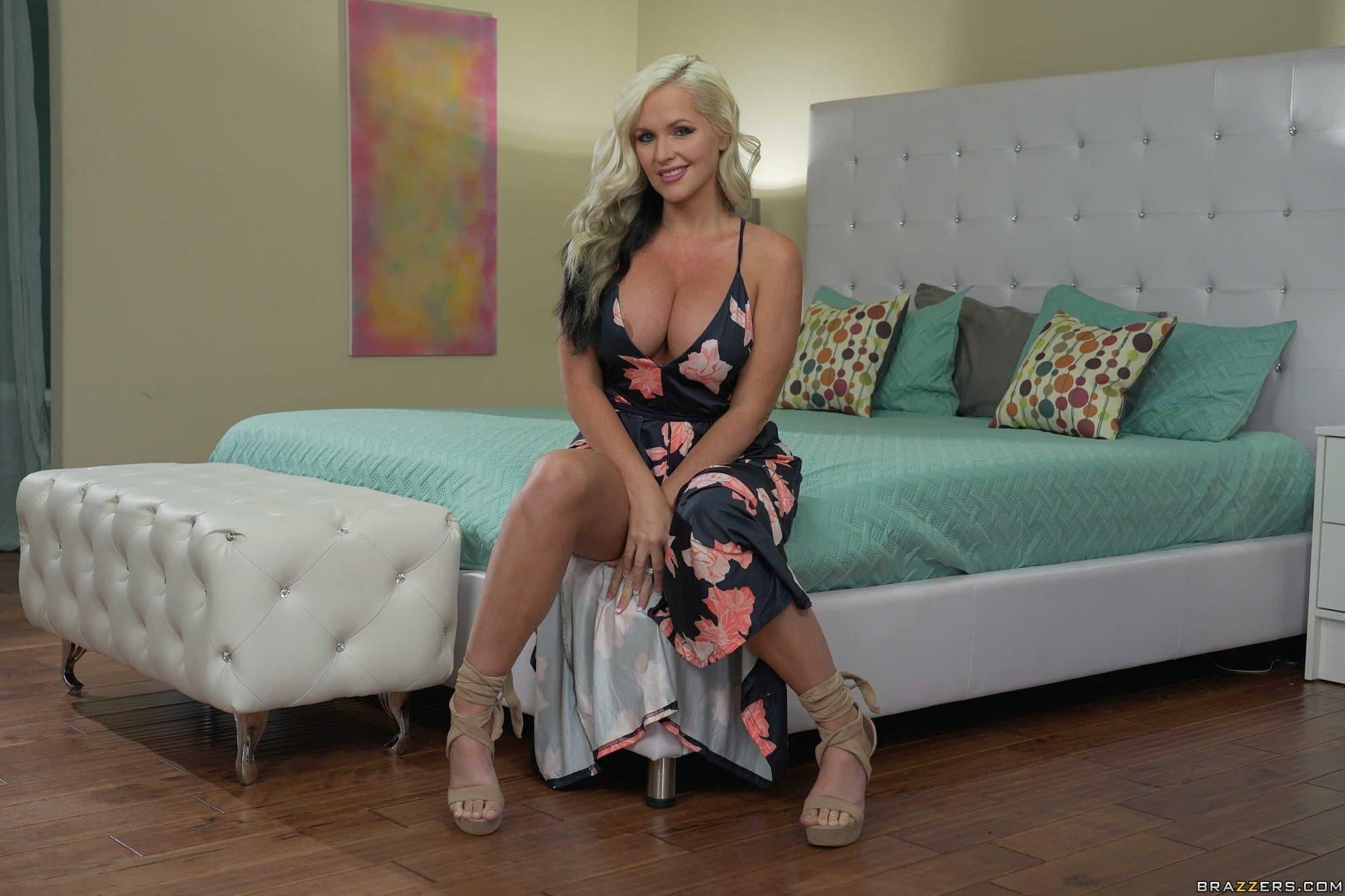 Зрелая домохозяйка с большими сиськами в спальне - фото
