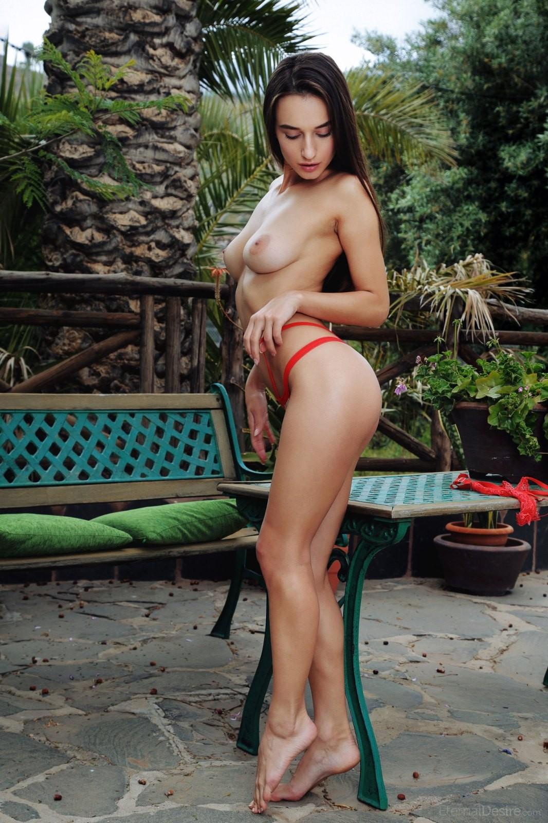 Красотка с тощей задницей - фото