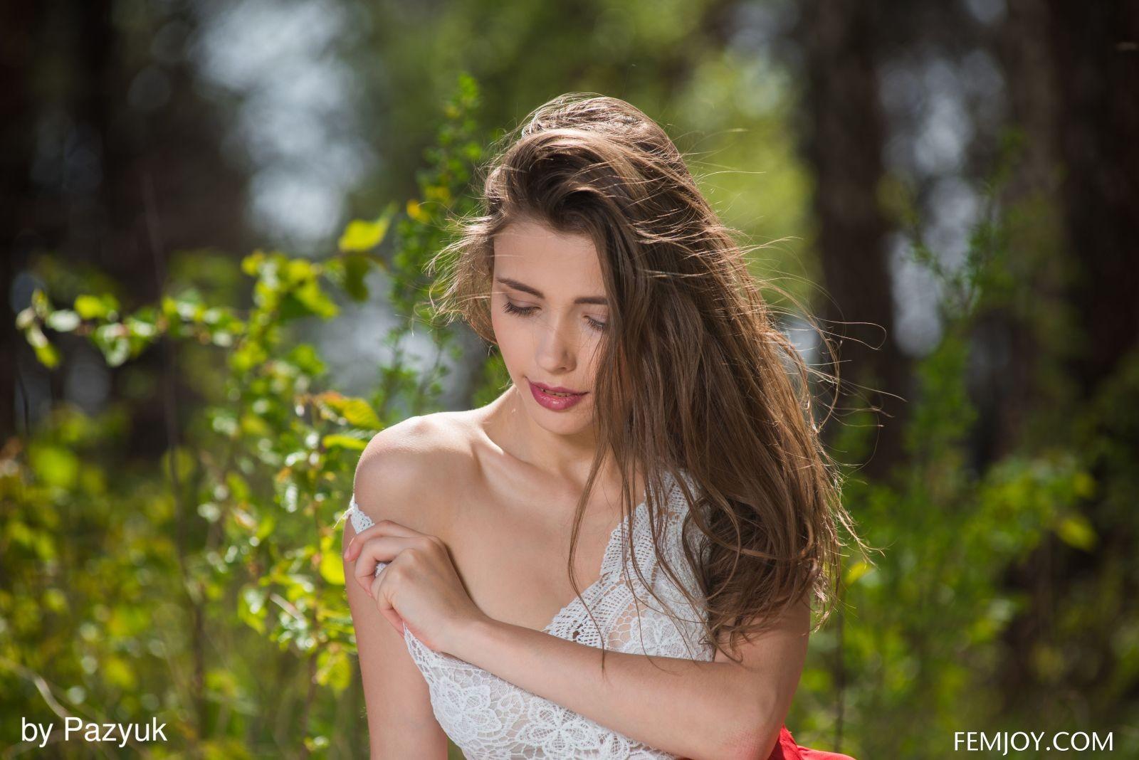 Сисястая красавица на пикнике - фото
