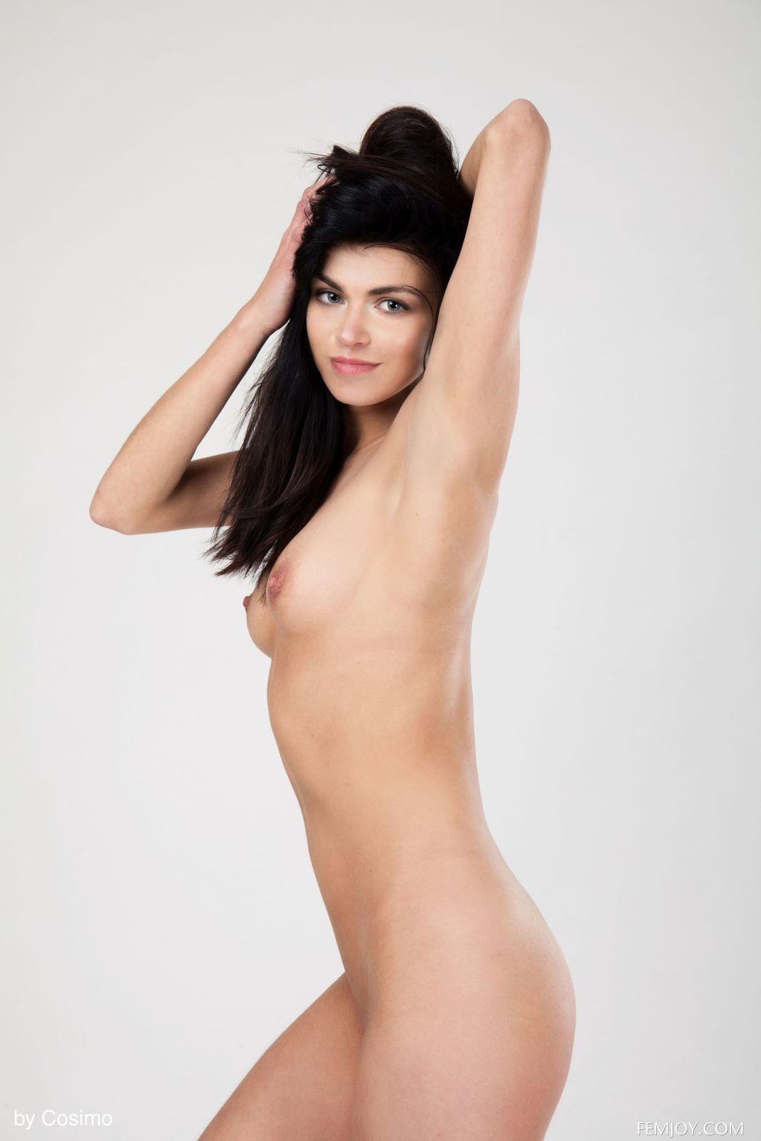 Брюнетка с широкими плечами - фото