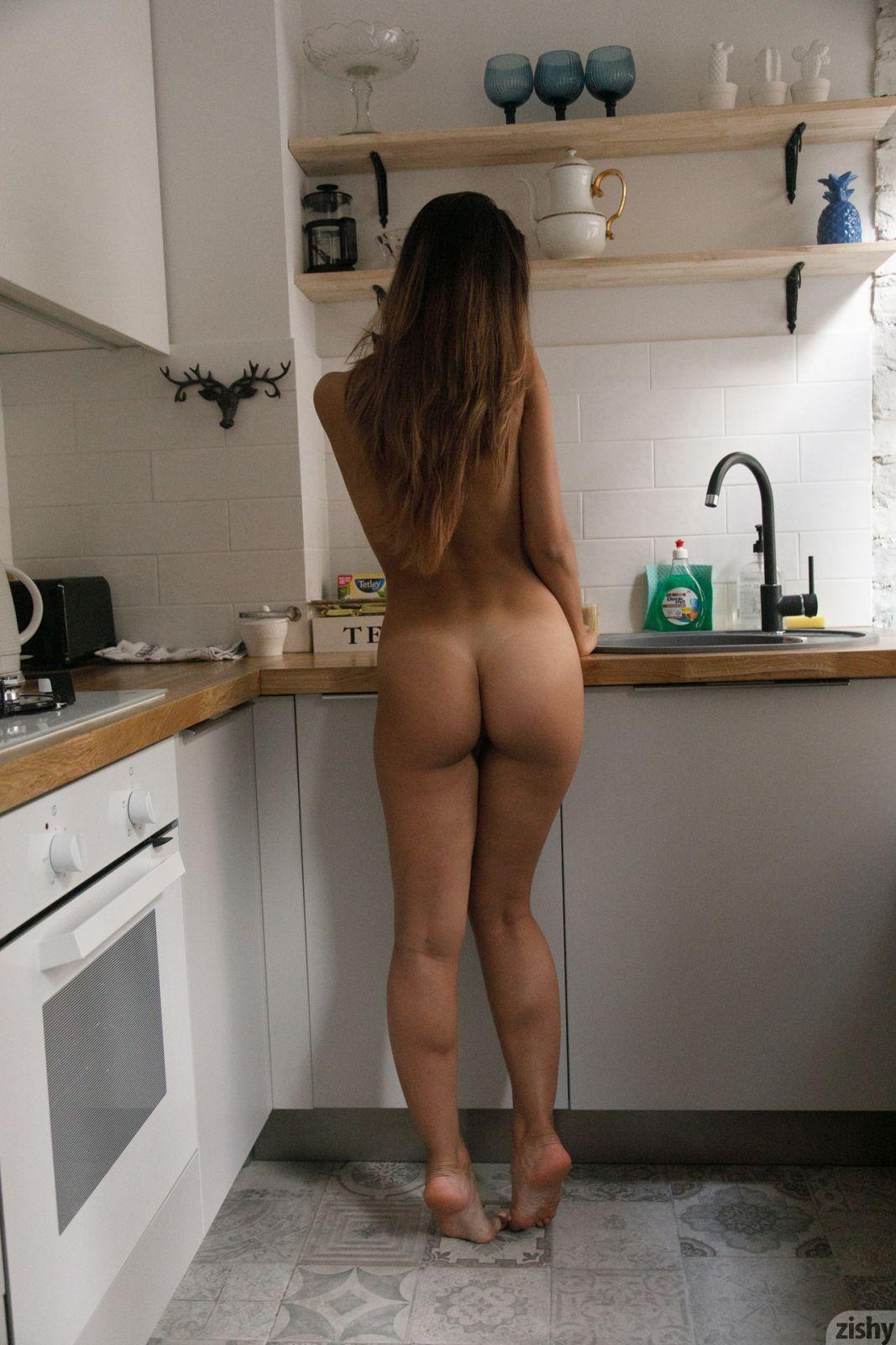 Молодая девка с красивой жопой дома - фото