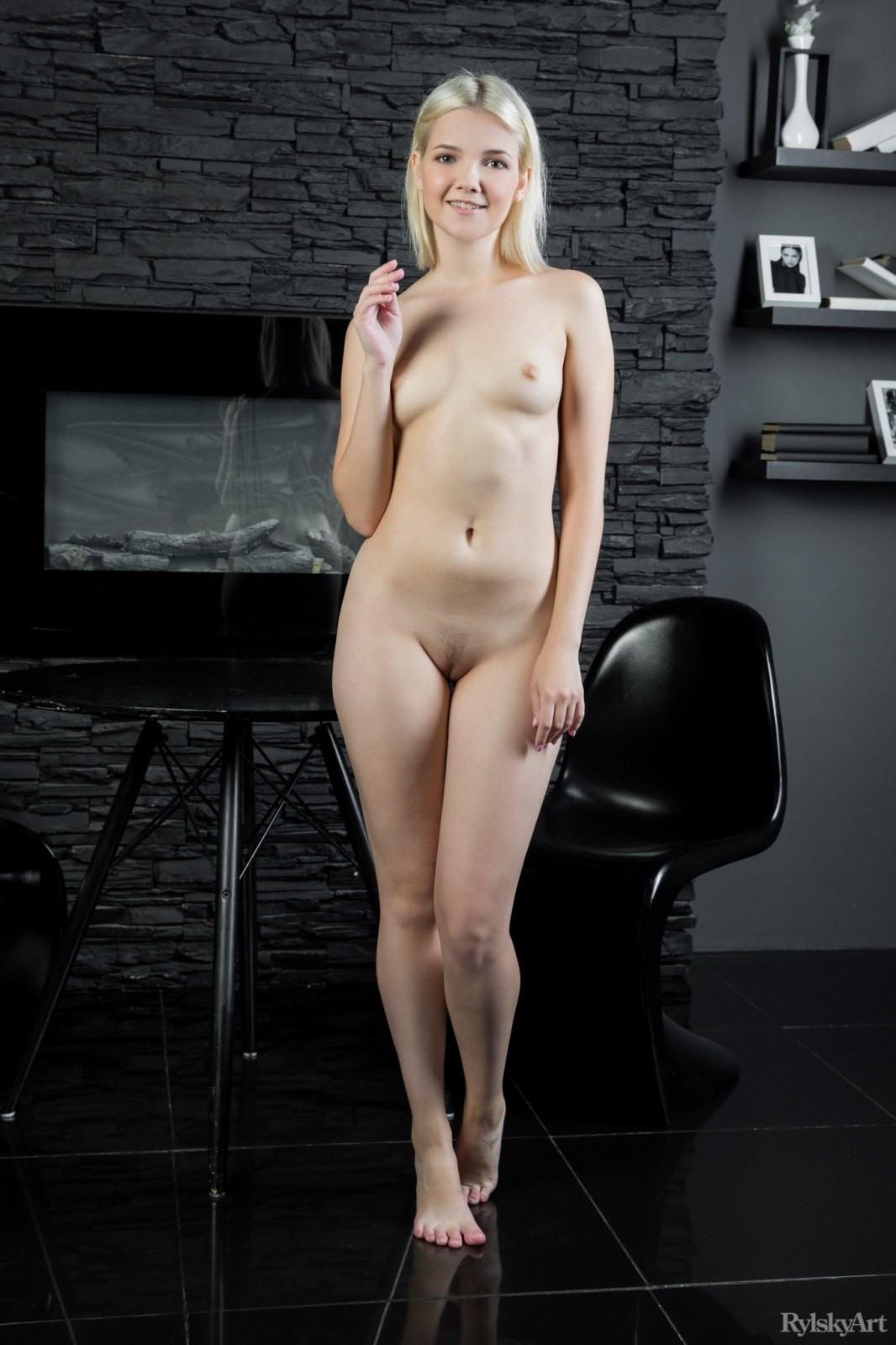 Молодая с сексуальной писькой - фото