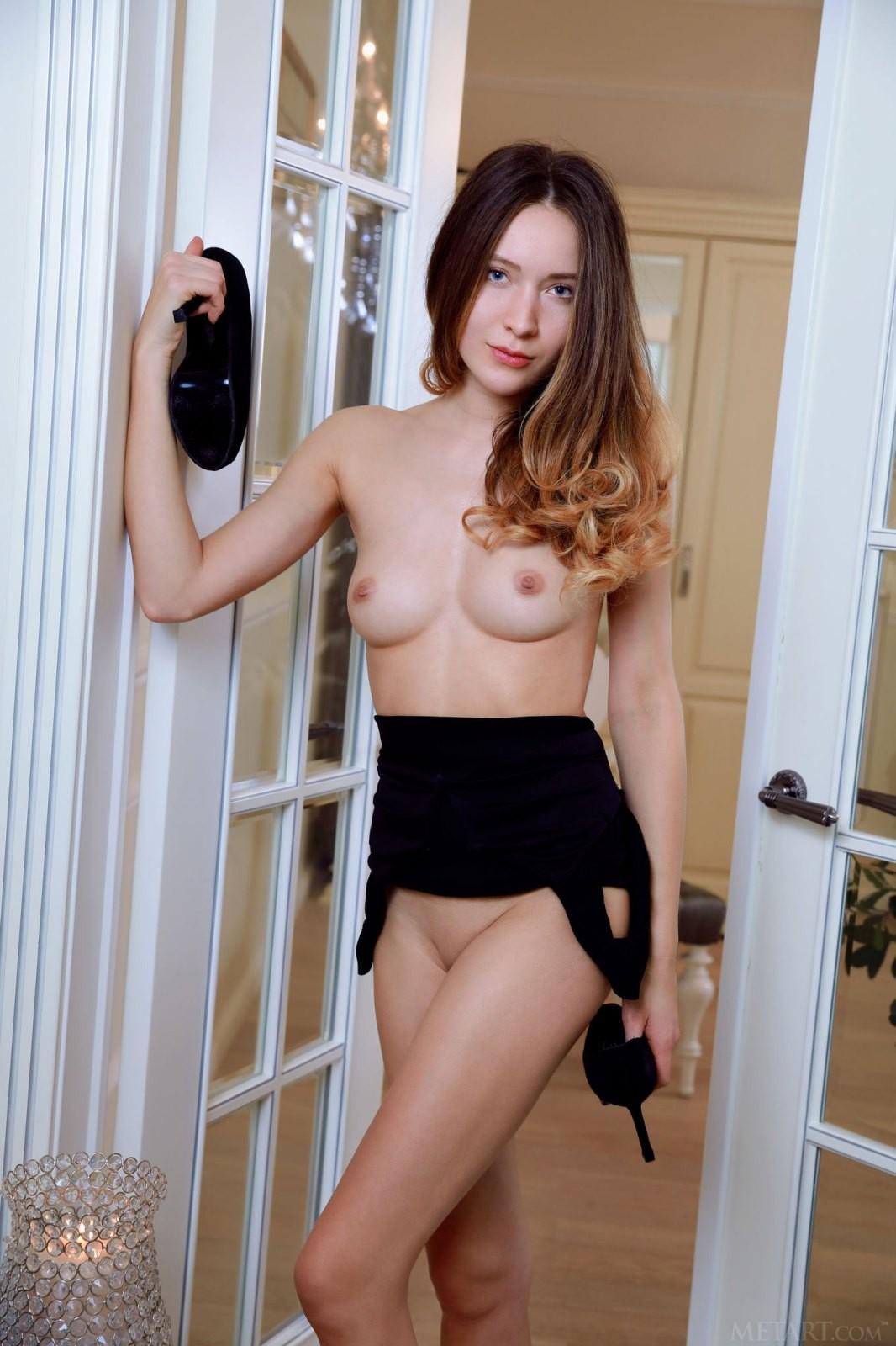 Юная обнажённая красотка со стройным телом - фото