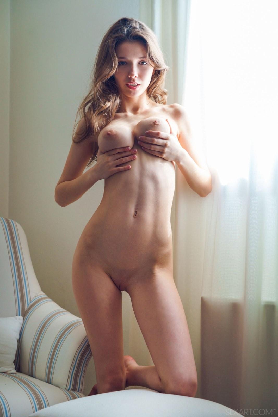 Молодая девушка с натуральными сиськами - фото