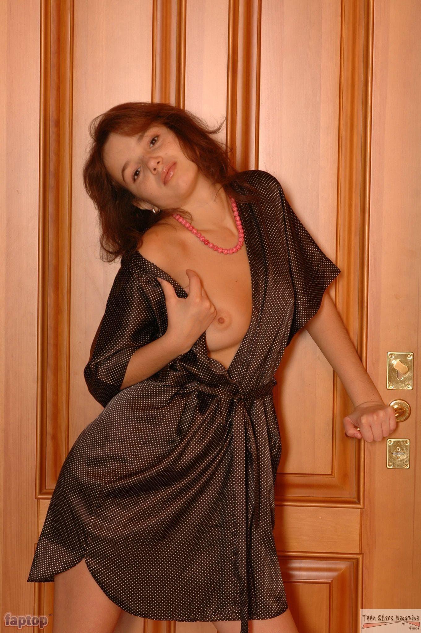 Худенькая девушка снимает халатик - фото