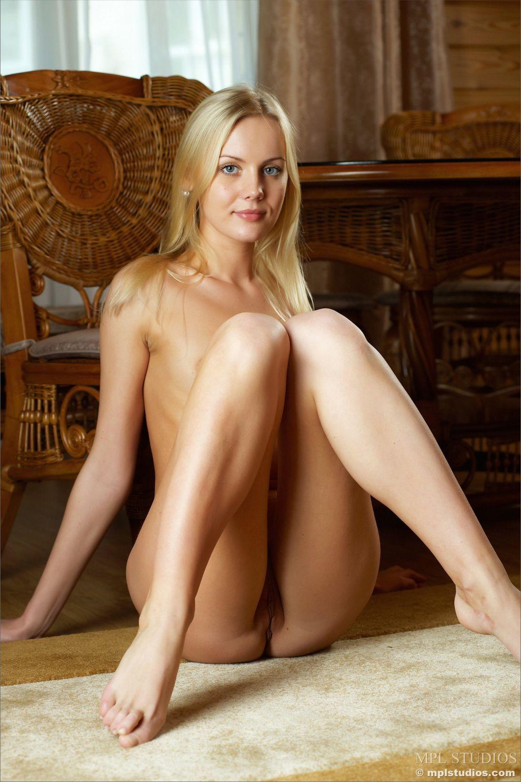 Белокурая девица в пеньюаре - фото