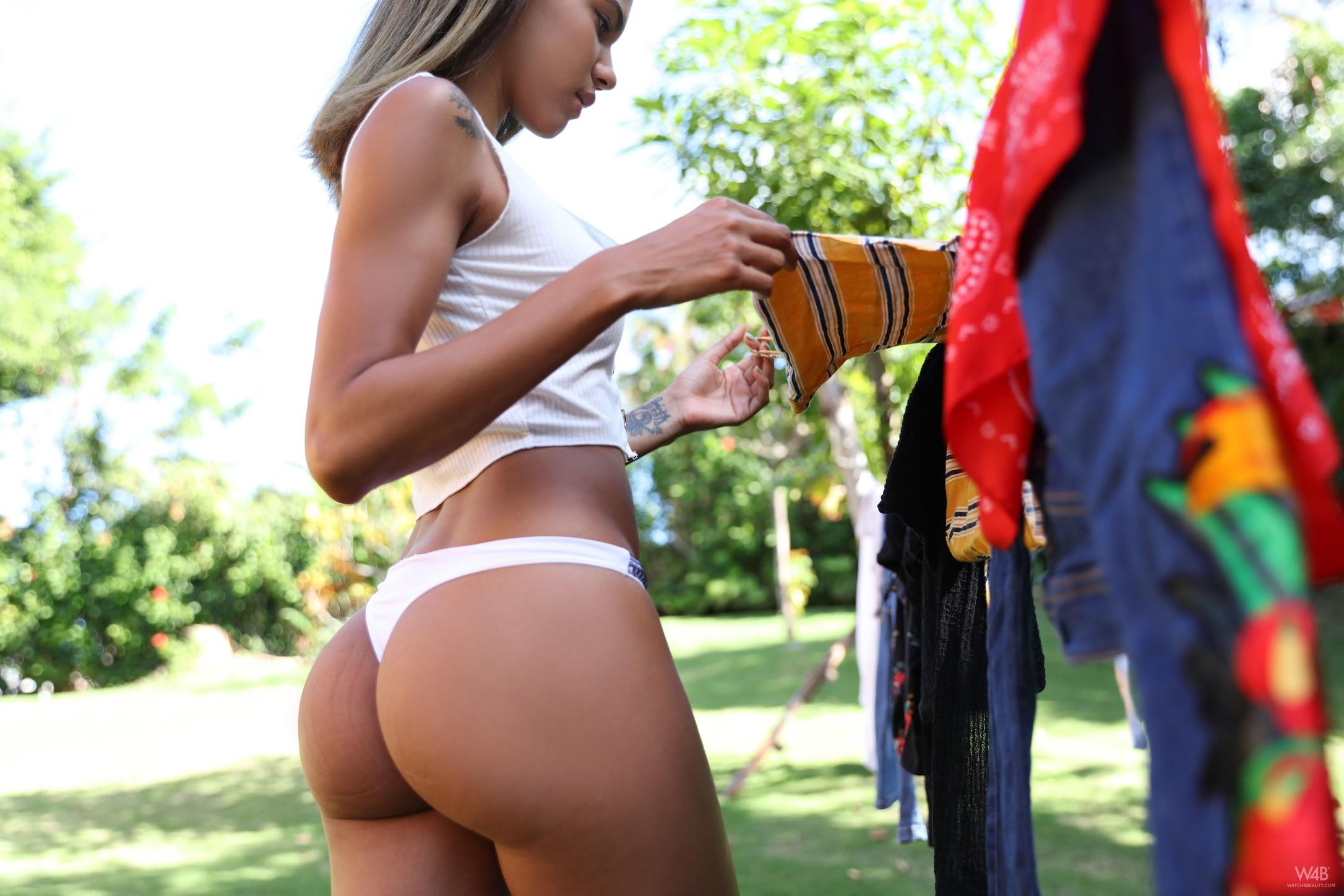 Латинская девушка с накаченной попой - фото