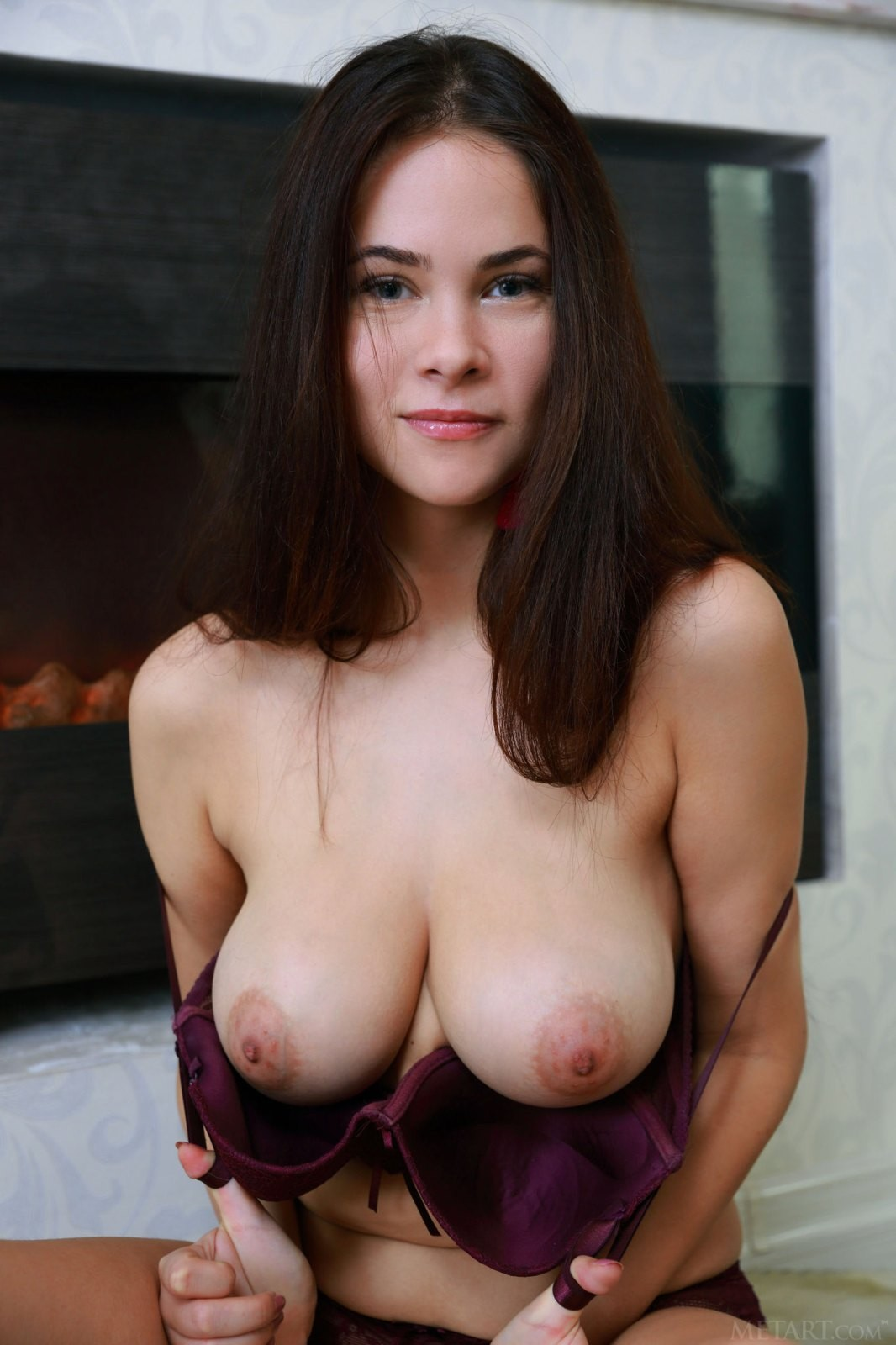 Милашка с огромными дойками - фото