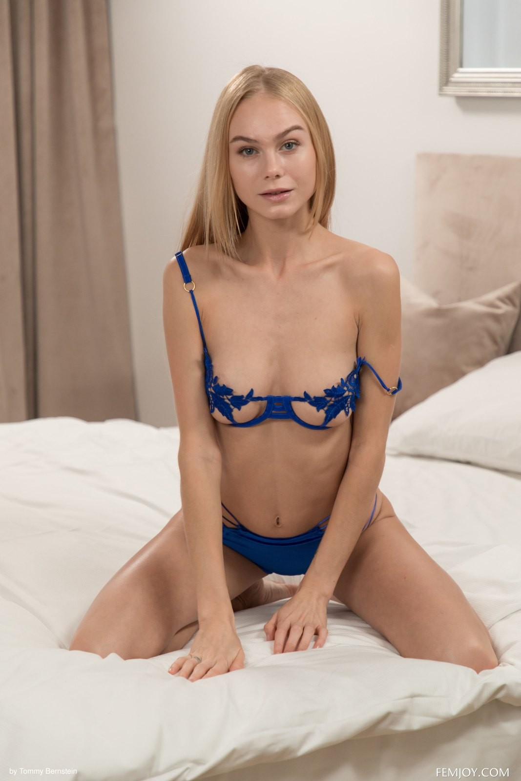 Блондинка шалит на кровати - фото