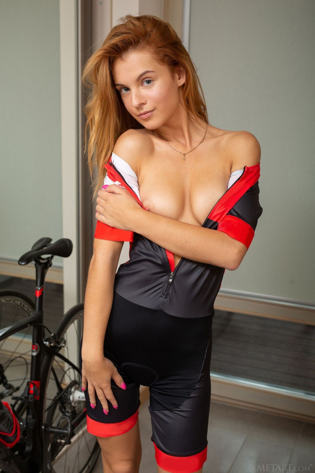 Рыжая велосипедистка в комбинезоне - фото