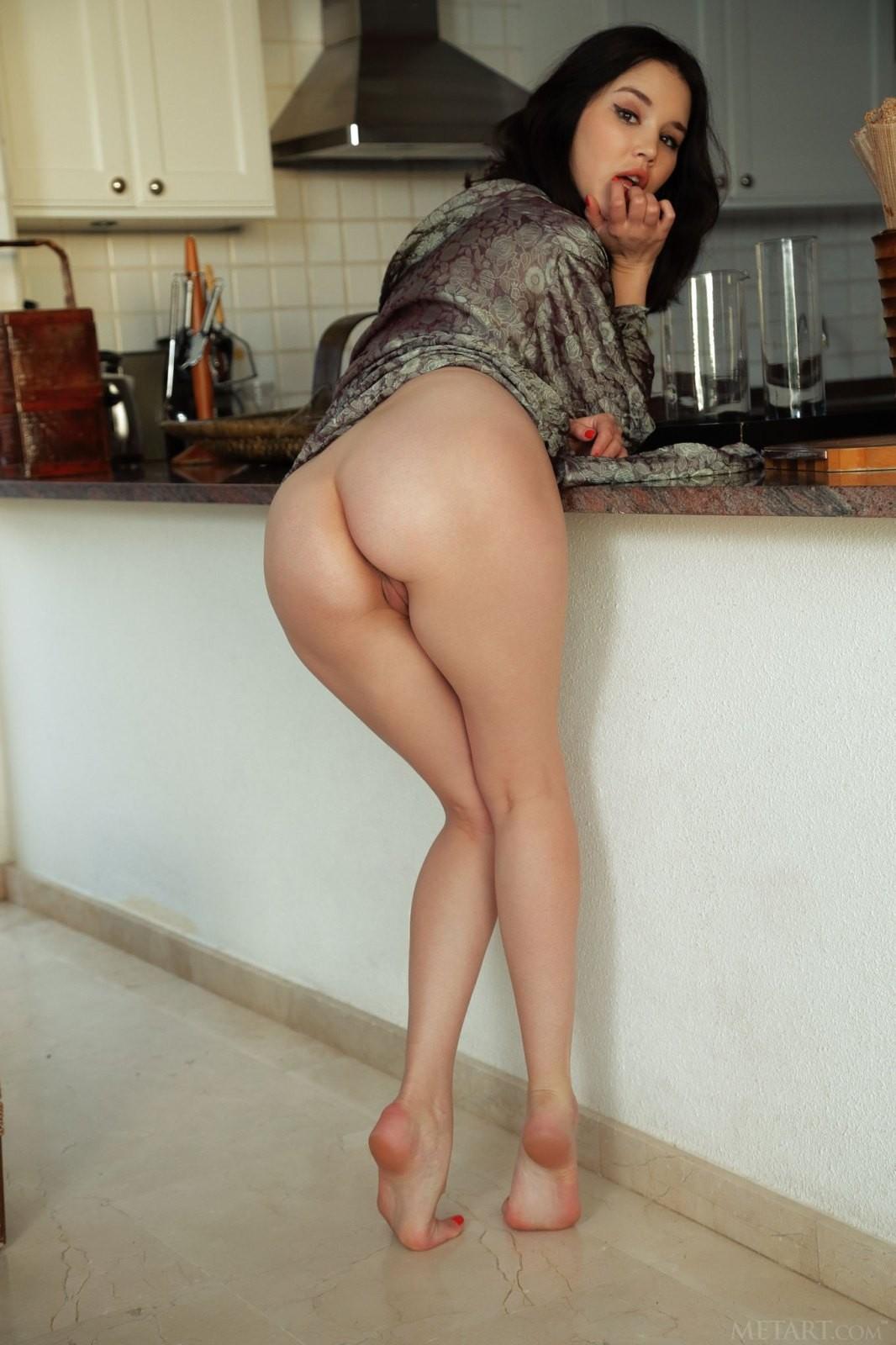 Брюнетка с красивой жопой - фото