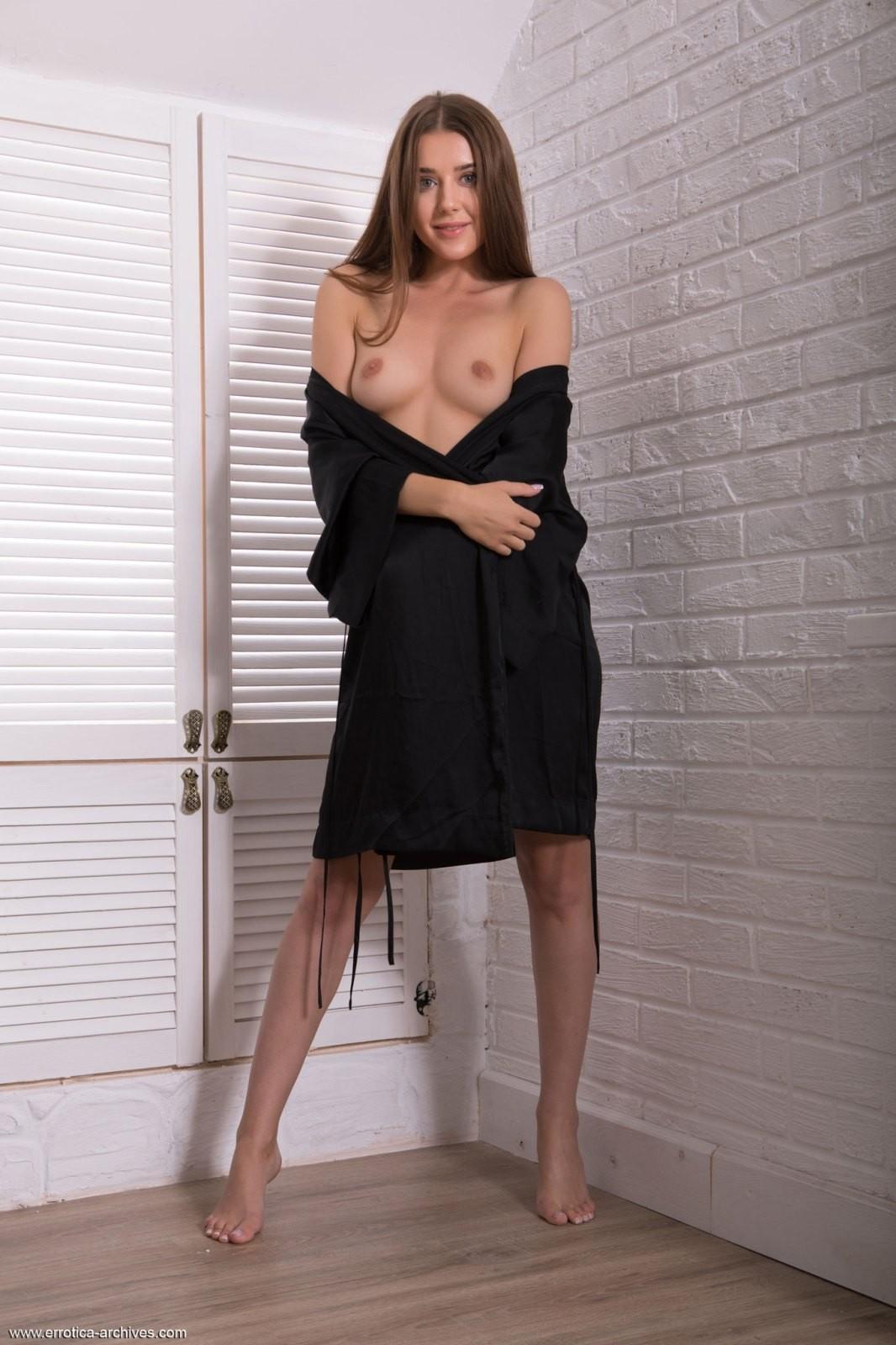 Милая девушка с прекрасным телом - фото