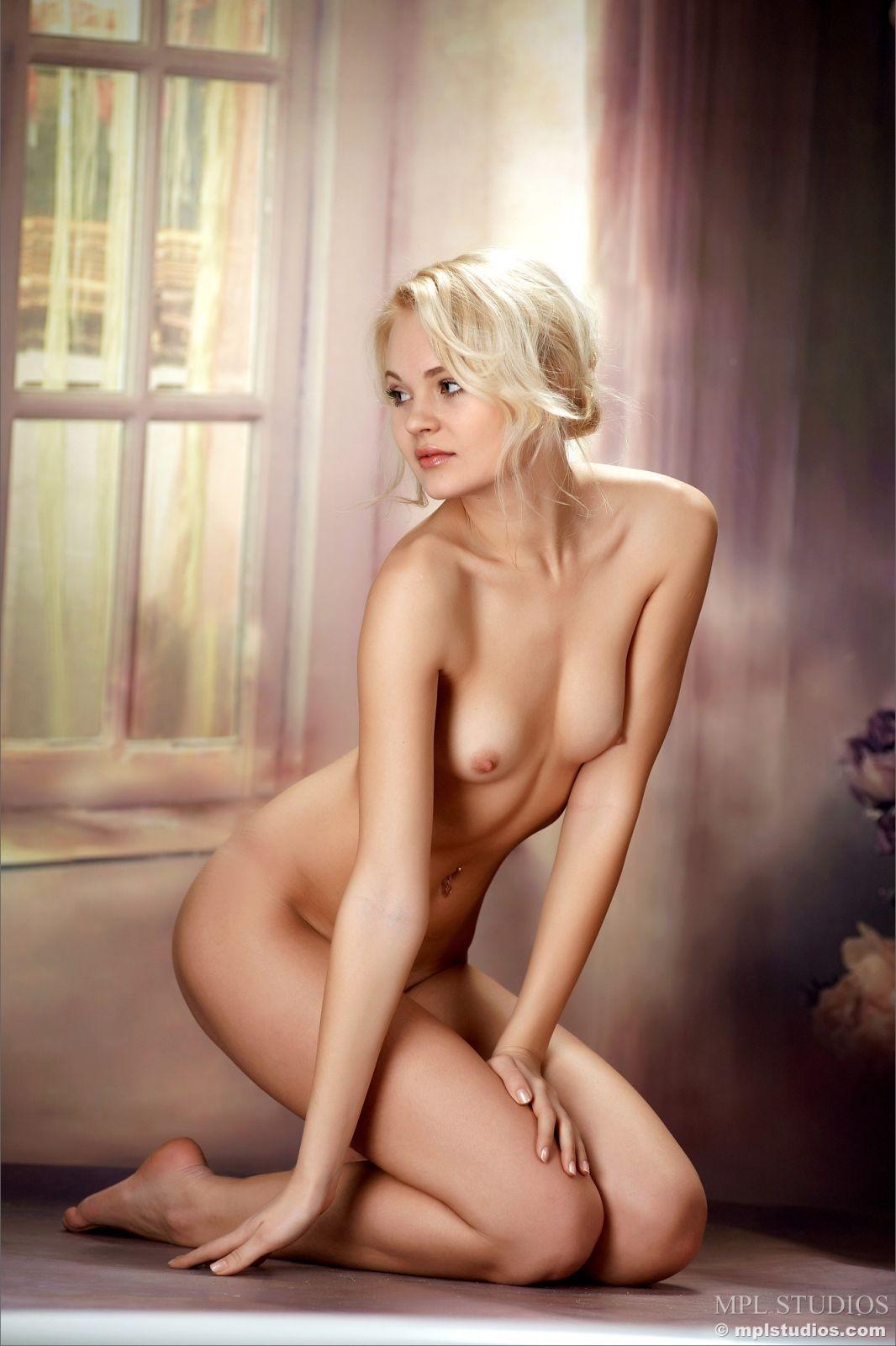 Блондинка в туфлях снимает белое платье - фото