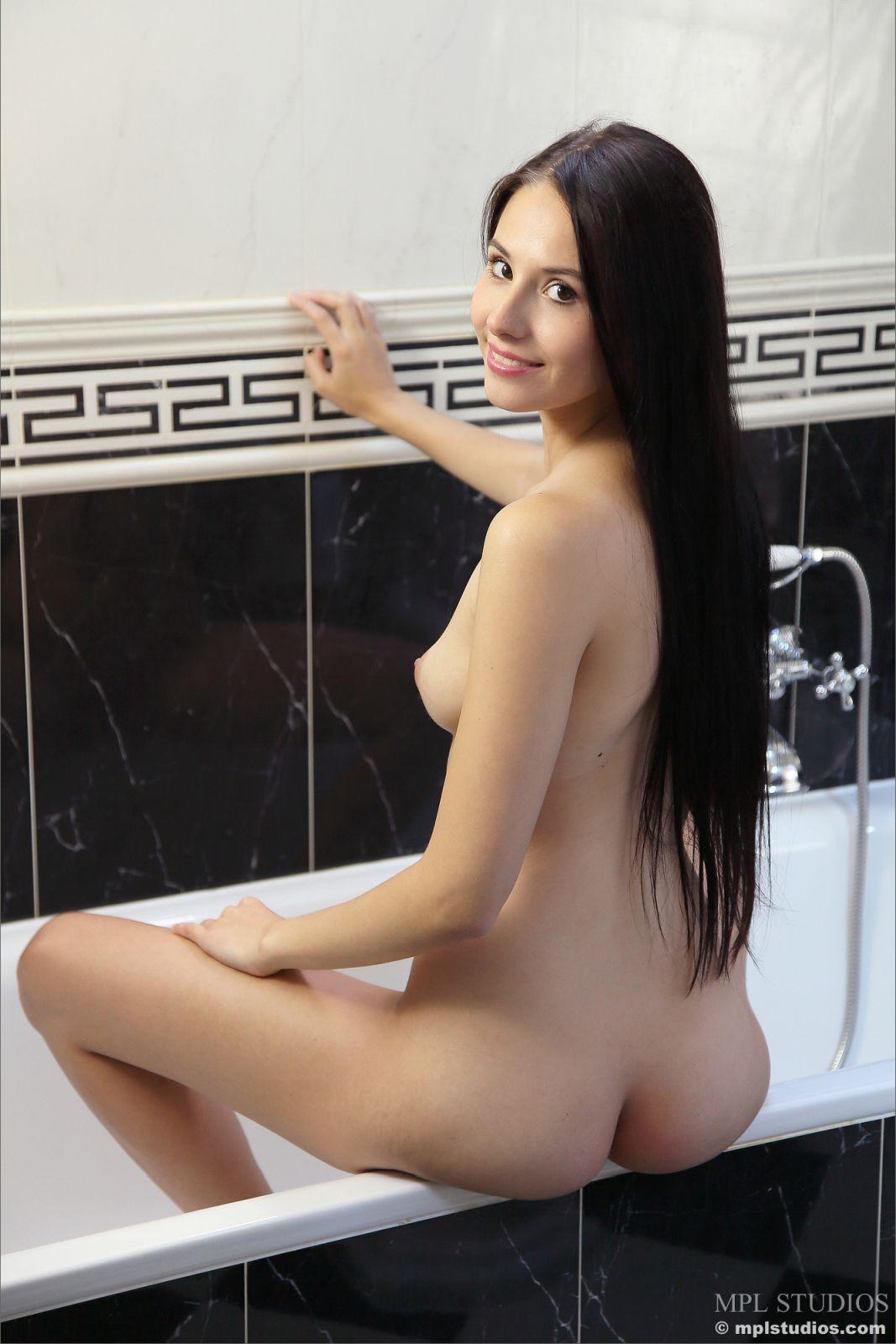Стройная брюнеточка в ванной - фото