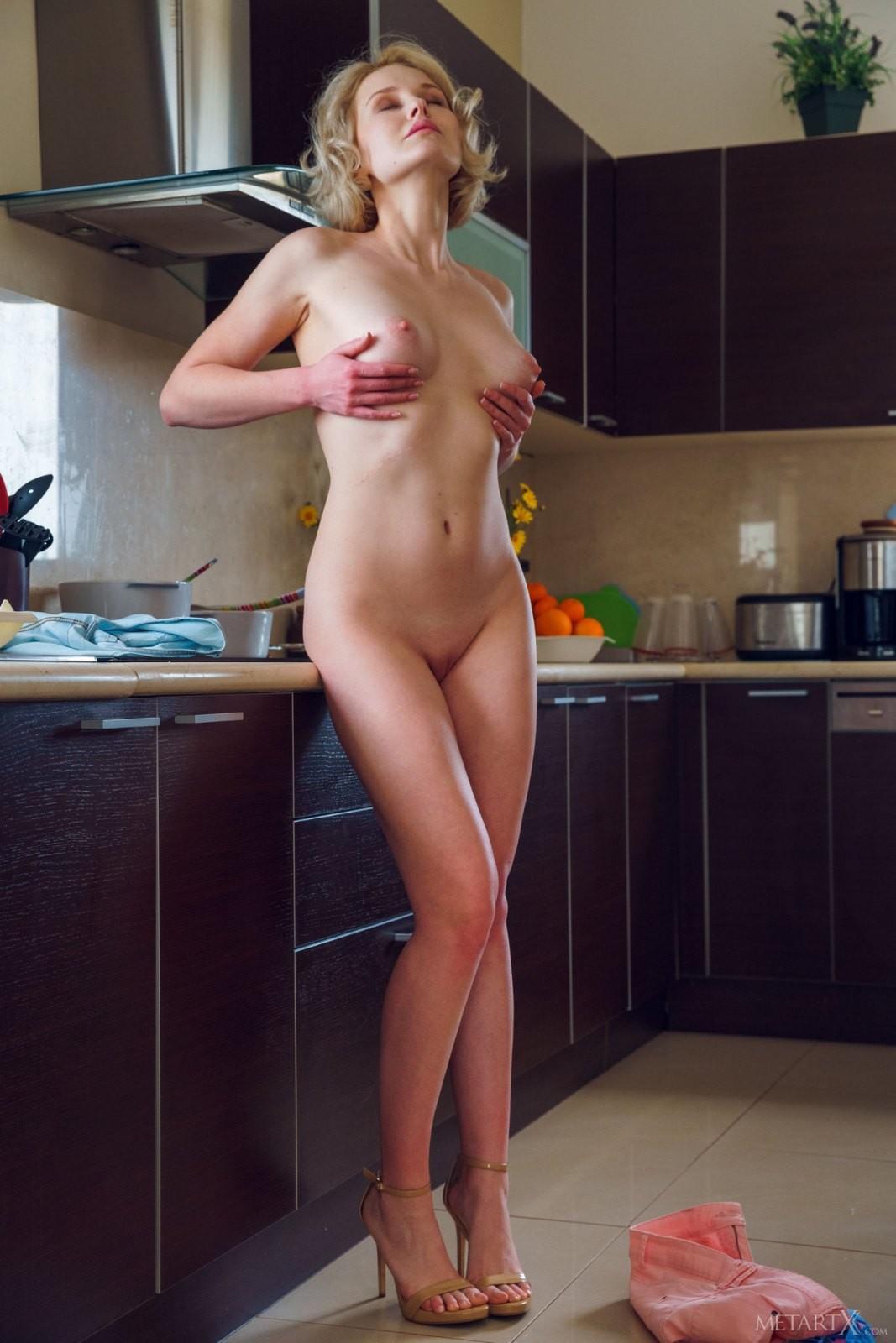 Домохозяйка снимает трусики на кухне - фото