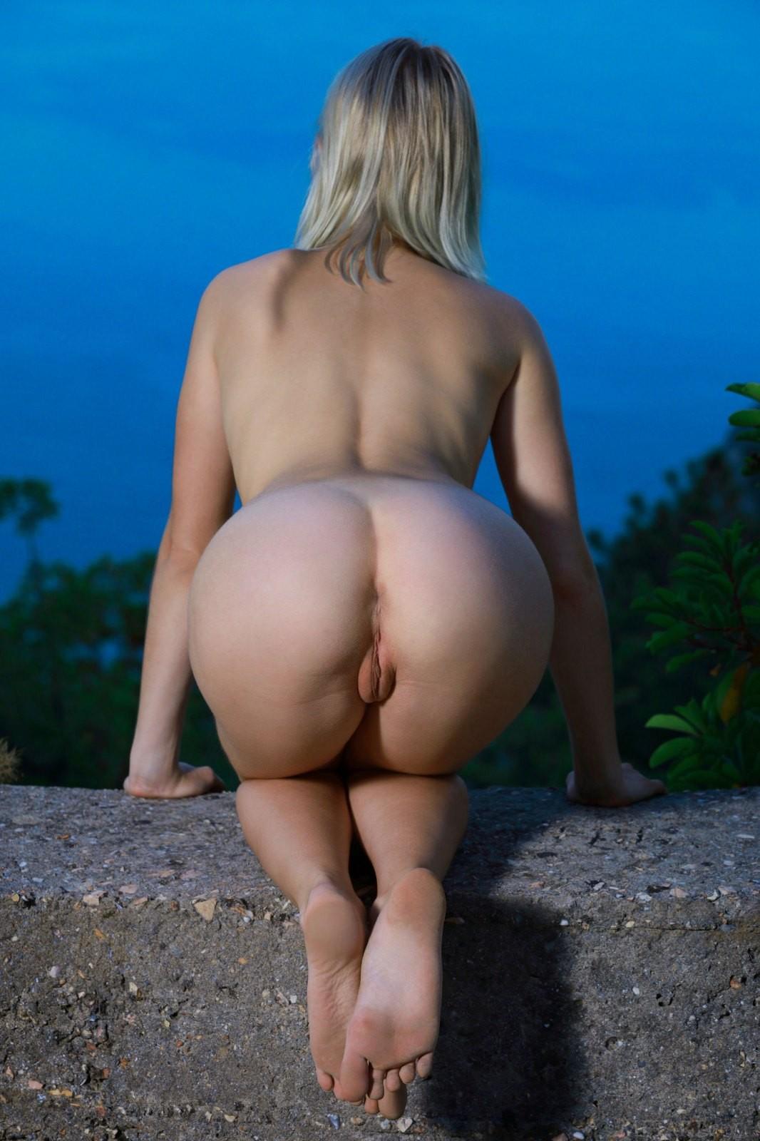 Блондинка со смачной попкой - фото